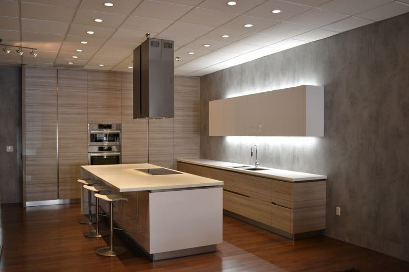 A modern kitchen with LK55 Etobicoke textured laminate cabinet doors in horizontal grain direction